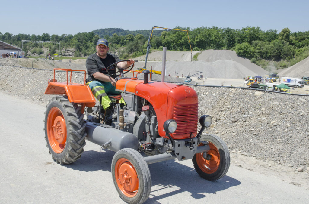 50 Jahre Weiacher Kies AG Traktor